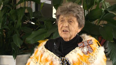 Video for Kua whakanuia tētehi pou whirinaki Māori e 98 te pakeke ki te pine a te Kuini